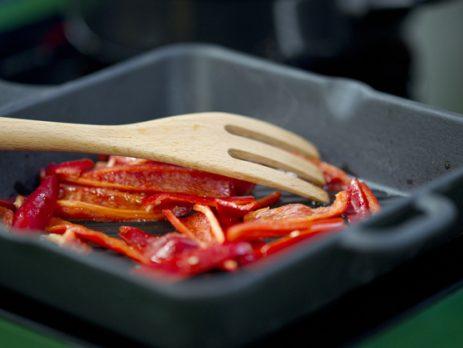 bol con pimientos rojos y un tenedor de madera 1122 973
